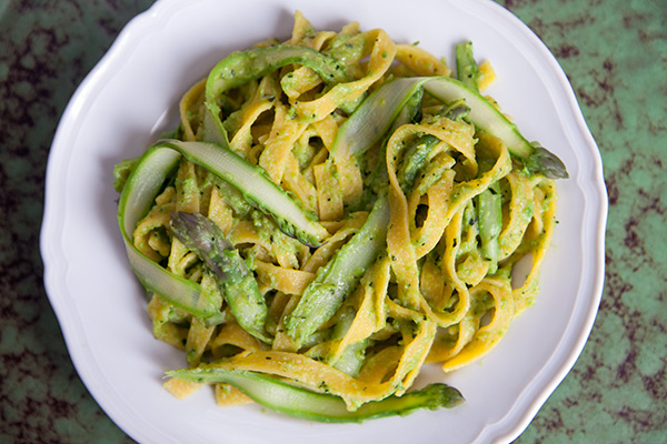 Pesto di asparagi, piselli e menta