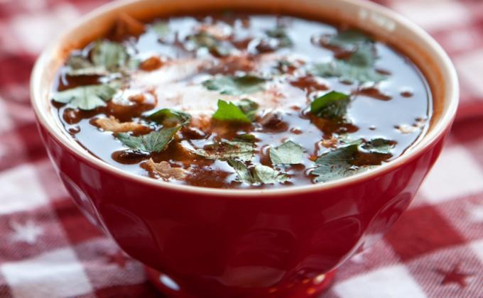Zuppa piccante di fagioli neri e pollo