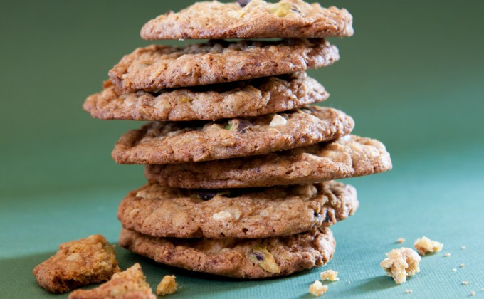 Oatmeal cookies with pistachios and white chocolate