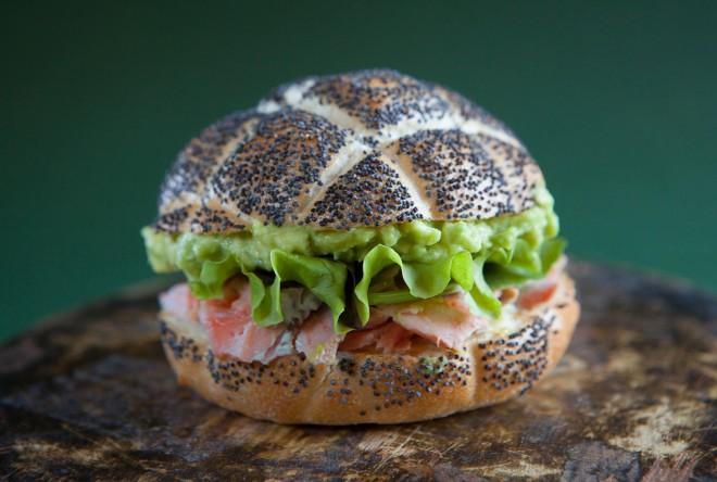 Sandwich con salmone e avocado