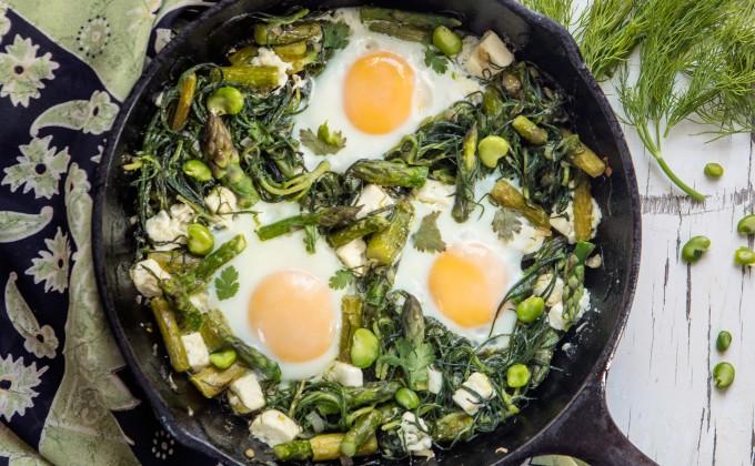 Padellata di uova con agretti, asparagi e feta