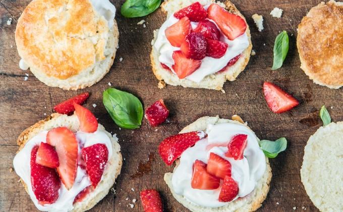 Strawberry Shortcakes: Tortini con panna e fragole