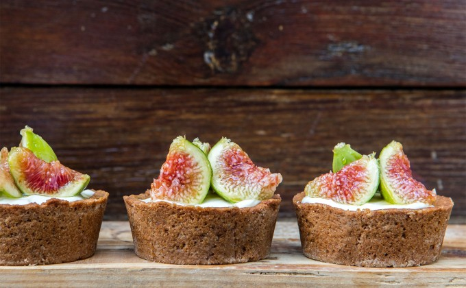 Mini cheesecake tarts with fresh figs