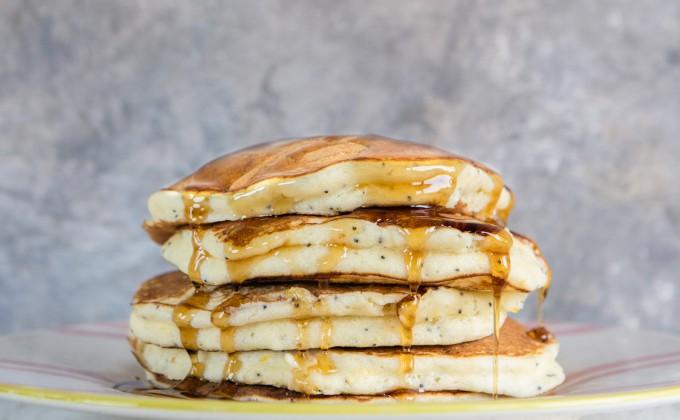 Pancake alla ricotta con limone e semi di papavero