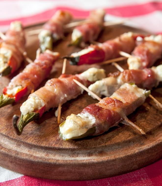 Poppers! Peperoncini piccanti avvolti nel bacon
